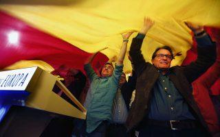 Ο περιφερειάρχης της Καταλωνίας, Αρτούρ Μας (δεξιά), και ο υποψήφιος του εθνικιστικού CiU σε προεκλογική εκδήλωση, την Κυριακή, στη Βαρκελώνη.