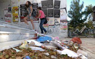 Η εικόνα από παλαιότερη «στάση» καθαριότητας στο Αριστοτέλειο Πανεπιστήμιο Θεσσαλονίκης δεν αποκαλύπτει την τραγική πραγματικότητα στα ενδότερα. Ποντίκια και σκορπιοί κυκλοφορούν στα υπόγεια της Πολυτεχνικής Σχολής, και όχι μόνο, απειλώντας φοιτητές και προσωπικό, ενώ οι τουαλέτες δεν καθαρίζονται σωστά με αποτέλεσμα να μην μπορούν να χρησιμοποιηθούν.