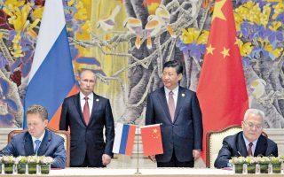Ο διευθύνων σύμβουλος της Γκαζπρόμ, Αλεξέι Μίλερ (αριστερά), με τον επικεφαλής της Εθνικής Επιχείρησης Πετρελαίου της Κίνας, Ζου Γιπίνγκ (δεξιά), υπογράφουν τη σινορωσική ενεργειακή συμφωνία στη Σαγκάη, υπό το βλέμμα του Ρώσου και του Κινέζου προέδρου.