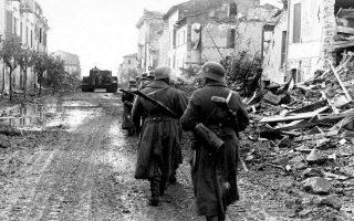 Ιταλία, 1944. Γερμανοί στρατιώτες περιπολούν στο πλαίσιο επιχειρήσεων κατά Ιταλών αντιστασιακών. Ο Πρίμο Λέβι, προτού σταλεί στο Αουσβιτς, υπήρξε μέλος αντιστασιακών ομάδων.