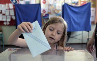 Από μικρή στην κάλπη. Οταν φτάσει σε ηλικία να αποφασίζει η ίδια για την ψήφο της, πιθανότατα θα επιλέξει τη συμμετοχή, όπως έκανε χθες το 58% των συμπολιτών μας.