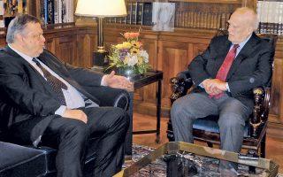 2-1 το σκορ. Ο πρόεδρος του ΠΑΣΟΚ, αντιπρόεδρος της κυβέρνησης κ. Ευάγγελος Βενιζέλος στη χθεσινή επίσκεψη στον Πρόεδρο της Δημοκρατίας κ. Κάρολο Παπούλια, παρόντος του Γενικού κ. Κώστα Γεωργίου, πρέσβη (φωτο «Κ», 28/5/14).