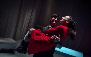 Σκηνή από το έργο της Γερμανίδας συγγραφέως Ντέα Λόερ «Κλέφτες», που ανεβαίνει από τη θεατρική ομάδα «Ακτίς Αελίου».