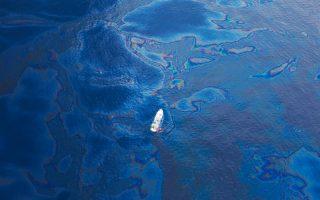 Η πετρελαιοκηλίδα θα ψεκάζεται με ουσίες που διαλύουν το πετρέλαιο σε μικροσκοπικά σταγονίδια, τα οποία διασπώνται πιο εύκολα από τα βακτήρια. Με τη νέα μέθοδο, που αναπτύσσουν 13 ευρωπαϊκές χώρες και ένα αμερικανικό πανεπιστήμιο, οι ερευνητές εκτιμούν ότι ο χρόνος καθαρισμού θα περιορισθεί σε λίγες εβδομάδες.