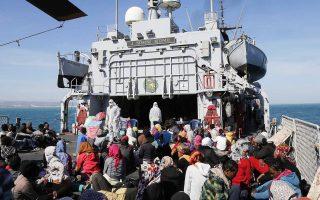 Πρόσφυγες και μετανάστες στο κατάστρωμα πλοίου του ιταλικού ναυτικού. Το πρώτο τετράμηνο του έτους έφθασαν στην Ιταλία μέσω Λιβύης περίπου 40.000 άτομα, εκ των οποίων το ένα τρίτο προέρχεται από τη Συρία.