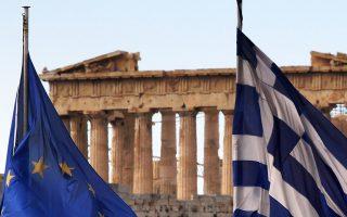 Η γαλανόλευκη μαζί με τη σημαία της Ευρωπαϊκής Ενωσης κυματίζουν στην ταράτσα του υπουργείου Οικονομικών με φόντο την Ακρόπολη. (φωτ.: Reuters/ Γιάννης Μπεχράκης).