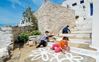 Ζωγραφική στα σοκάκια των Θολαριών από τη νέα γενιά Αμοργιανών. (Φωτογραφία: Κλαίρη Μουσταφέλλου)