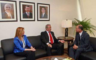 Ο υπουργός  Εθνικής Άμυνας Δημήτρης Αβραμόπουλος (Κ)  και η αναπληρωτής υπουργός Εθνικής Άμυνας Φώφη Γεννηματά (Α) συνομιλούν με τον Πρίγκιπα της Ιορδανίας Feisal Bin Al Hussein (Δ).
