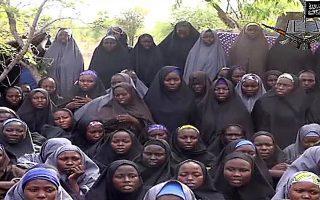 Στιγμιότυπο από το βίντεο το οποίο κυκλοφόρησε στο Διαδίκτυο με μερικά από τα 200 και πλέον κορίτσια που απήχθησαν από την ισλαμιστική οργάνωση Μπόκο Χαράμ στη Νιγηρία.