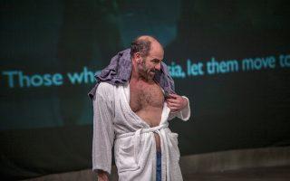 Ο Ακύλλας Καραζήσης στον ρόλο του Ιαν στο έργο «Blasted (Eρείπια)» της Σάρα Κέιν, σε σκηνοθεσία Δημήτρη Τάρλοου.