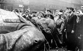 Βουδαπέστη, 24 Οκτωβρίου 1956. Πλήθος κόσμου συγκεντρώνεται γύρω από ένα αποκαθηλωθέν άγαλμα του Ιωσήφ Στάλιν μπροστά στο Εθνικό Θέατρο. Στην ουγγρική εξέγερση, η οποία κατεστάλη από τα σοβιετικά τανκς, έχασαν τη ζωή τους 2.500 άνθρωποι. Και αυτή ήταν αποτέλεσμα της αποσταλινοποίησης. Η πολιτική του Χρουστσόφ, χαλάρωσης του ελέγχου, μπορούσε να δημιουργήσει μεγάλες παρεξηγήσεις στους καταπιεσμένους πληθυσμούς της Αν. Ευρώπης.