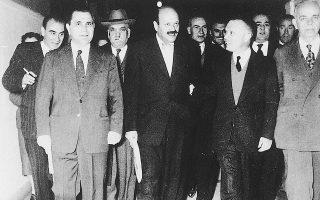 Φεβρουάριος 1956. Ηγετικά στελέχη του Κέντρου σε προεκλογική εκδήλωση στην Αθήνα. Στην πρώτη σειρά διακρίνονται οι Στ. Αλαμανής, Γ. Καρτάλης, Σοφ. Βενιζέλος.