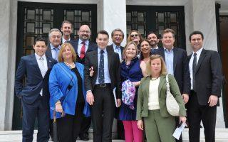 Οι έντεκα πρεσβευτές της αμερικανικής επιχειρηματικότητας γνώρισαν Ελληνες επιχειρηματίες και διερεύνησαν πιθανές επενδυτικές ευκαιρίες. Εδώ όλη η ομάδα περιστοιχίζει τους δύο διοργανωτές από το State Department, Κάρον Ντε Μαρς και Τάσο Κεζά (κέντρο).