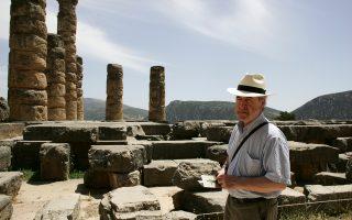 Ο Ιρλανδός συγγραφέας Τζον Μπάνβιλ όταν επισκέφθηκε τους Δελφούς την άνοιξη του 2009 (φωτ: Νίκος Κοκκαλιάς).