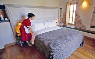 Στα ξενοδοχεία, στα τουριστικά καταλύματα και γενικότερα στις τουριστικές επιχειρήσεις το ποσοστό εποχικής εργασίας φτάνει το 43%.