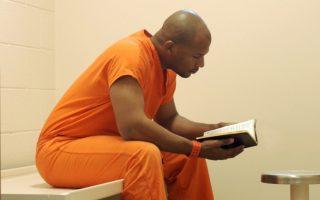 Ενα βιβλίο μπορεί να βοηθήσει σημαντικά τον κρατούμενο κατά τις ατελείωτες ώρες του εγκλεισμού.