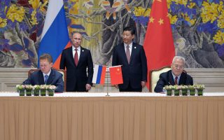 Ιστορική συμφωνία υπέγραψαν ο Ρώσος πρόεδρος Βλαντιμίρ Πούτιν και ο Κινέζος ομόλογός του Σι Τζινπίνγκ, για κατασκευή αγωγού που θα συνδέσει τα κοιτάσματα φυσικού αερίου της Σιβηρίας με τις ενεργοβόρες βιομηχανίες της Ανατολικής Κίνας.