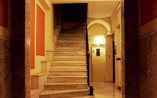 Είσοδος πολυκατοικίας επί της οδού Σίνα. Από την έκθεση του Νίκου Βατόπουλου.