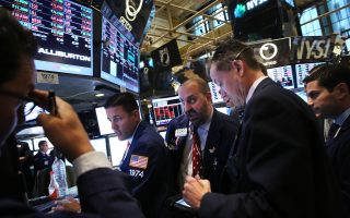 Ιούνιος 2013: καθώς οι δείκτες κατρακυλούν επί δύο συνεχόμενες ημέρες, η αγωνία στα πρόσωπα των χρηματιστών κορυφώνεται. Η 20ή Ιουνίου του '13 ήταν η χειρότερη ημέρα της περσινής χρονιάς για τη Γουόλ Στριτ (φωτ.: Spencer Platt/Getty Images/AFP).