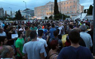 Σεπτέμβριος, 2012. Οι «αγανακτισμένοι» συγκεντρώνονται στην Πλατεία Συντάγματος. Στην Ελλάδα γνωρίσαμε, και γνωρίζουμε, μεγάλο φάσμα αμφισβητήσεων του κοινοβουλευτισμού και της Ευρωπαϊκής Ενωσης: μούτζες, κρεμάλες, βωμολοχίες ακαθόριστης προέλευσης. (φωτ.: ΑΠΕ/Συμέλα Παντζαρτζή).