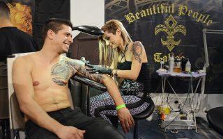 Περίπου 310 εργαστήρια τατουάζ συμμετείχαν φέτος στη διοργάνωση. Οι δημιουργοί δερματοστιξίας δούλευαν ασταμάτητα από το πρωί ώς το βράδυ.