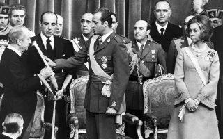 Η ενθρόνιση του Χουάν Κάρλος στις 22 Νοεμβρίου 1975. Ο νέος βασιλιάς της Ισπανίας δίνει τον όρκο αφοσίωσης στο Σύνταγμα, ενώπιον του τότε εκπροσώπου του ισπανικού Κοινοβουλίου Αλεχάντρο Ροντρίγκεζ ντε Βαλκαρέλ. Στο πλευρό του η βασίλισσα Σοφία.