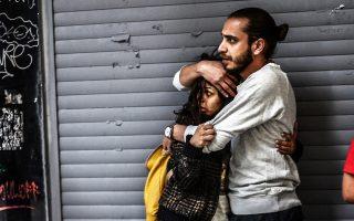 Ενας άνδρας προστατεύει μια γυναίκα ενώ αντιμετωπίζουν την αστυνομική βία στην πλατεία Ταξίμ το Σάββατο.