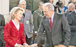 Αριστερά, η υπουργός Αμύνης της Γερμανίας Ούρσουλα φον ντερ Λάιεν. Δεξιά, ο δικός μας φον Δημητράκης...
