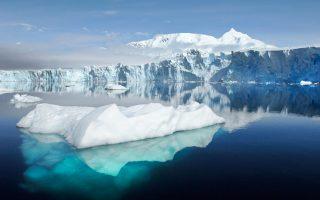 Ο παγετώνας Σέλντον και το Ορος Μπαρ, όπως φαίνονται από τον Κόλπο Ράιντερ κοντά στον Ερευνητικό Σταθμό Ροθέρα στη Νήσο Αδελαΐδα της Ανταρκτικής.