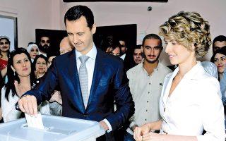 Ο Σύρος πρόεδρος Ασαντ, συνοδευόμενος από τη σύζυγό του Ασμα, ψηφίζει σε εκλογικό κέντρο της Δαμασκού.