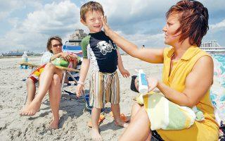 Η καλύτερη πρόληψη για το μελάνωμα είναι η προστασία από τον καυτό καλοκαιρινό ήλιο. Οταν αυτή η μορφή καρκίνου κάνει μετάσταση σε άλλα όργανα η θεραπεία είναι εξαιρετικά δύσκολη.