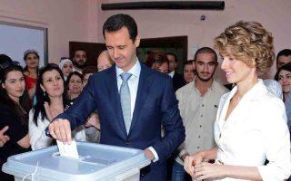 Ο Σύρος πρόεδρος Μπασάρ αλ Ασαντ εμφανίστηκε ήρεμος και καλοντυμένος να προσέρχεται με τη σύζυγό του Ασμά σε εκλογικό κέντρο της Δαμασκού για να ασκήσει το εκλογικό του δικαίωμα.
