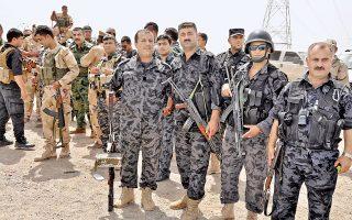 Κούρδοι μαχητές των πεσμεργκά ποζάρουν στον φακό, αφού ανέλαβαν τον έλεγχο του Κιρκούκ.