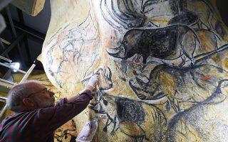 Ο γραφίστας και ερευνητής Ζιλ Τοσελό εργάζεται για την ολοκλήρωση μιας εκ των νωπογραφιών, πιστών αντιγράφων εκείνων του σπηλαίου Σοβέ, που φιλοτεχνήθηκαν πριν από 37.000 χρόνια.