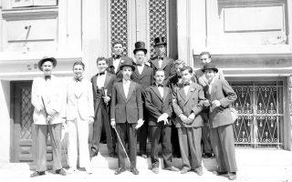 Χαρακτηριστικό στιγμιότυπο αποφοίτησης μαθητών της Βαρβακείου Σχολής γύρω στα μέσα της δεκαετίας του '30 (φωτογραφικό αρχείο ΕΛΙΑ-ΜΙΕΤ).