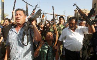 Πολίτες της Βαγδάτης διαδηλώνουν την ετοιμότητά τους να καταταγούν στις δυνάμεις ασφαλείας, που μάχονται να αναχαιτίσουν την προέλαση των σουνιτών εξτρεμιστών. Η αμερικανική πρεσβεία στην ιρακινή πρωτεύουσα μετέφερε μέρος του πολυάριθμου προσωπικού της σε άλλες, ασφαλέστερες πόλεις, στον κουρδικό Βορρά και στον σιιτικό Νότο.
