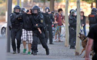 Σύλληψη διαδηλωτή μπροστά στο Κοινοβούλιο της Σαξωνίας
