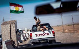 Κονβόι κουρδικών δυνάμεων περνάει από σημείο ελέγχου στο Κιρκούκ, φέροντας τη σημαία του Κουρδιστάν.