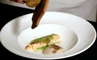 Ο σεφ Ριτζ Κάρλτονς, της Cuisine Bombana, προετοιμάζει ένα πιάτο σε ξενοδοχείο του Χονγκ Κονγκ.
