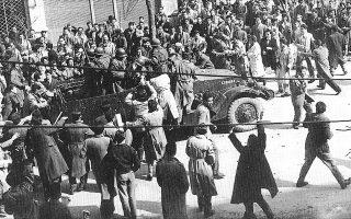 Θεσσαλονίκη, 12 Μαρτίου 1956. Φοιτητές καταλαμβάνουν στρατιωτικό όχημα σε διαδηλώσεις διαμαρτυρίας για τη σύλληψη και τον εκτοπισμό του Μακαρίου.