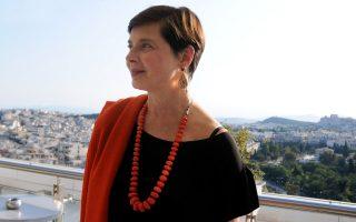 Στο ξενοδοχείο με φόντο την Αθήνα, η Ιζαμπέλα Ροσελίνι απαστράπτουσα και γοητευτική παρά τα 62 χρόνια της, τα οποία δεν κρύβει.