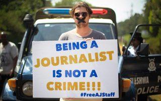 «Η δημοσιογραφία δεν είναι έγκλημα», γράφει το πλακάτ ξένου ανταποκριτή έξω από την αιγυπτιακή πρεσβεία στο Ναϊρόμπι της Κένυας.