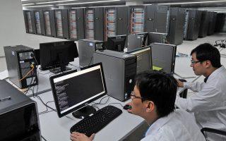 Επιστήμονες εργάζονται στον «Τιανχέ-1», πρόδρομο του «Τιανχέ-2», στο Εθνικό Κέντρο Υπερυπολογιστών της Κίνας τον Οκτώβριο του 2010.