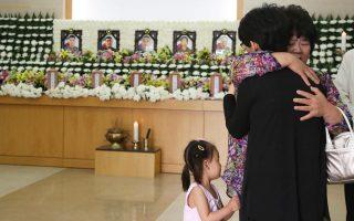 Ενα κοριτσάκι προσπαθεί να καταλάβει την τραγωδία που σημειώθηκε στη Νότιο Κορέα.