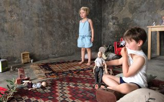 Οι δύο «βενιαμίν» της οικογένειας Αλτχάμερ επί το έργον, στην έκθεση του πατέρα τους στα Σφαγεία της Υδρας.