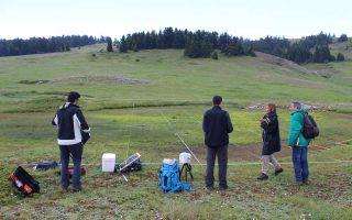Η ομάδα του έργου For Open Forests, που υπάγεται στο πρόγραμμα LIFE της Ε.Ε. επί το έργον στα δασικά ανοίγματα του εθνικού δρυμού της Οίτης. Αυτή την εποχή ανθίζει, για λίγες μόνο ημέρες και σε τρία μόνο σημεία στο βουνό -και πουθενά αλλού στον κόσμο- η μικροσκοπική Veronica οetaea, ένα από τα κύρια είδη χλωρίδας που μελετούν οι επιστήμονες.