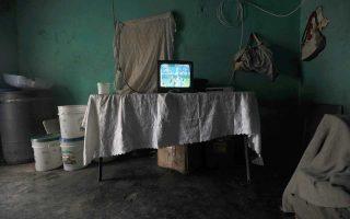 Η τηλεοπτική συσκευή δεσπόζει στο φτωχό αυτό σπίτι οικογένειας του Πορτ-ο-Πρενς, στην Αϊτή.