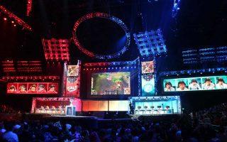 Στιγμιότυπο από το περασμένο Παγκόσμιο Πρωτάθλημα League of Legends, το οποίο φιλοξενήθηκε στο Λος Αντζελες και διήρκεσε έντεκα μέρες, με τις δύο αντιμαχόμενες ομάδες επί το έργον.