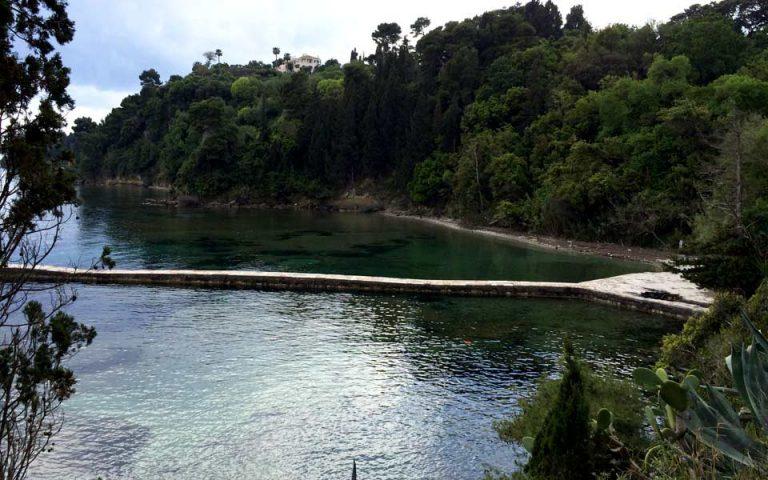 Η παραλία κάτω από το κτήμα του Μον Ρεπό θυμίζει ελβετική εξοχή.