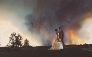 Με φόντο τις φωτιές. Με κάποια βιασύνη έγινε ο γάμος και η δεξίωση αναβλήθηκε για κάποια άλλη φορά. Οι νεόνυμφοι όμως, Michael Wolber και Αpril Hartley, πρόλαβαν να ποζάρουν για τις νυφικές φωτογραφίες τους με φόντο τις δασικές φωτιές του Όρεγκον που πλησίαζαν επικίνδυνα. (AP Photo/Josh Newton)